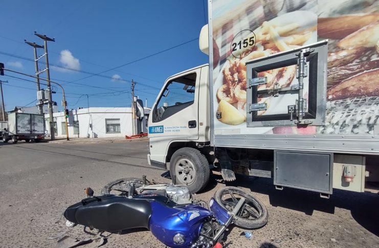 Moto Honda impactó contra un camión de alimentos.