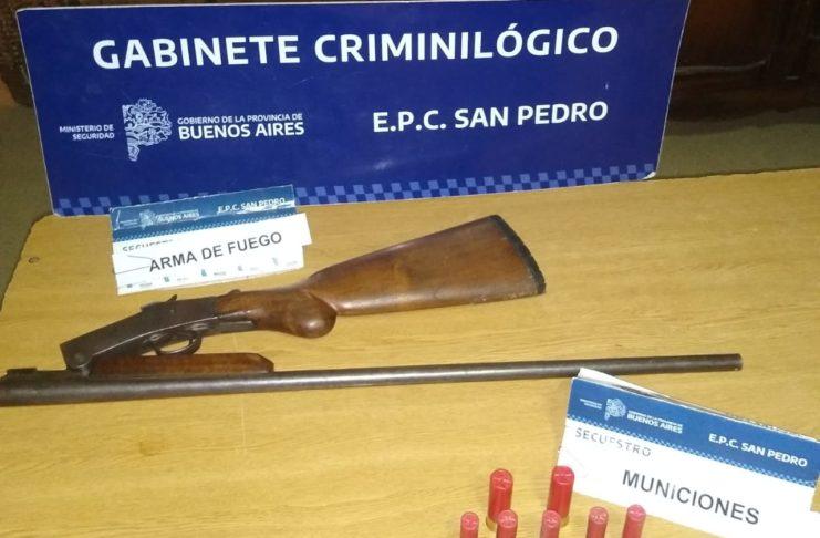 La escopeta y los cartuchos secuestrados.