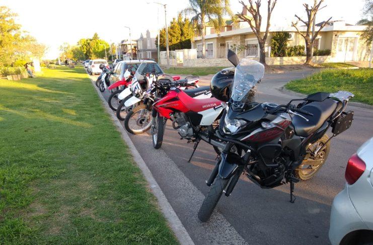 Las motos deben estacionar a 45 grados en el cajón dispuesto o antes de la línea amarilla, mirando a la calle.