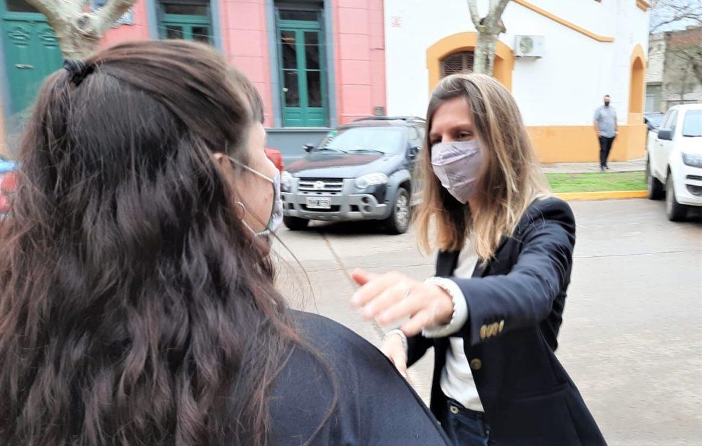 Fernanda Raverta, recibida por Tamara Vlaeminck en las puertas de la Municipalidad.