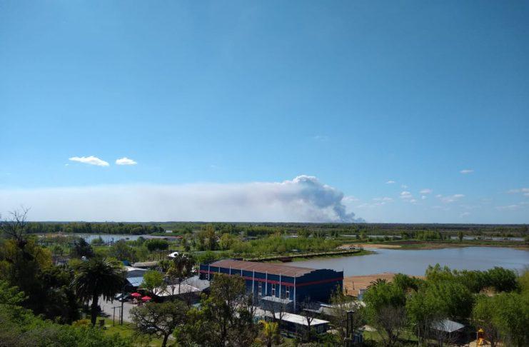 El humo se ve desde barranca arriba.