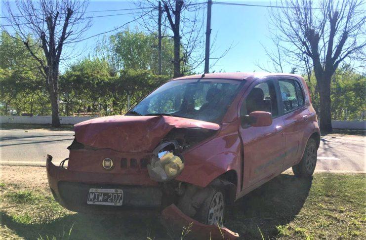 Así quedó el Fiat Uno tras chocar contra un árbol.