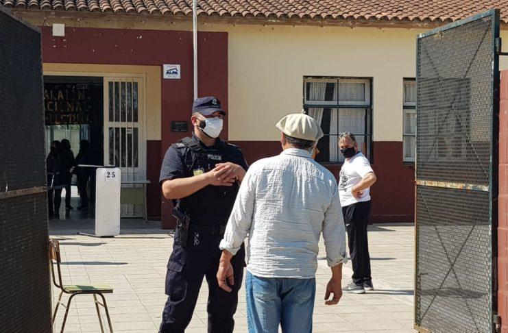 Río Tala votó en la escuela del pueblo.