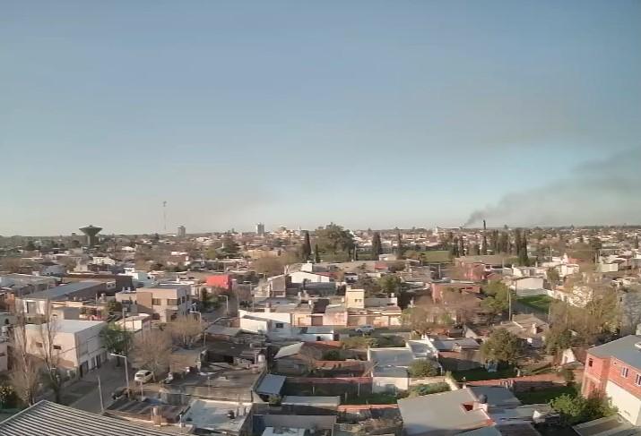 El humo de la quema de islas este jueves, desde las cámaras de Sin Galera TeVe.