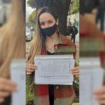 Verónica González, precanditada de Vamos con Vos, con la lista oficializada en las manos.