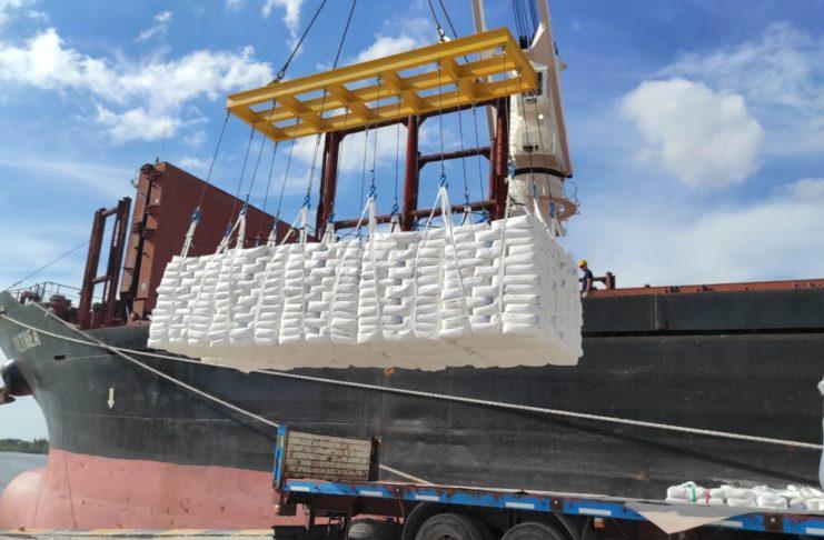 Cargan 10 mil toneladas de harina de trigo en bolsa.