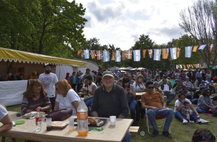 Este lunes siguen las carpas culturales y gastronómicas y la feria de emprendedores.