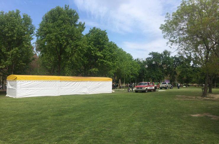Este viernes montaban las carpas en el Paseo Público para la Fiesta de las Colectividades.