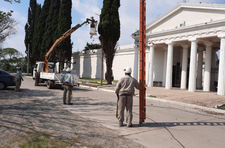 El personal de Coopser trabajaba en el cementerio.