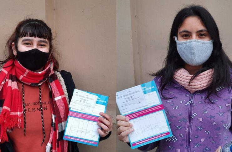 Brisa y Agostina, dos de las primeras adolescentes vacunadas en San Pedro.