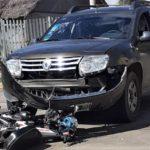 El joven conducía una moto y chocó contra una camioneta.