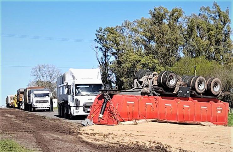 La batea volcó la carga y quedó con las ruedas hacia arriba.